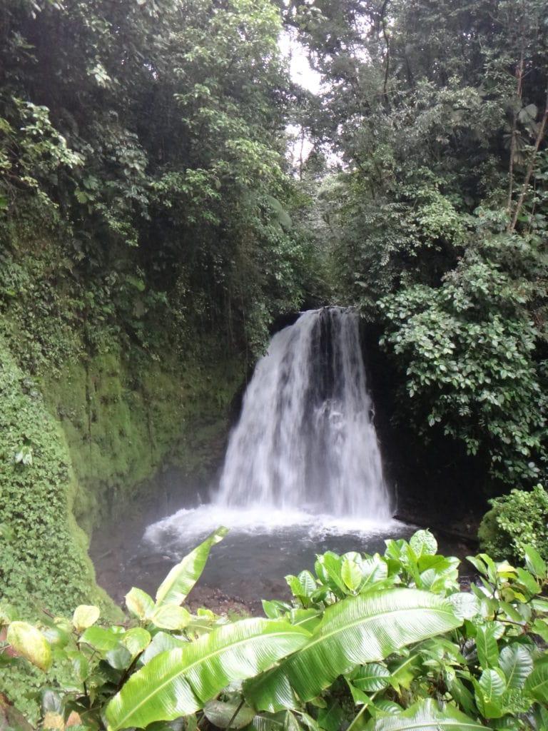 Waterval tijdens tour rondom vulkaan